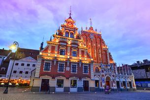 ラトビア・首都リガ旧市街世界遺産の歴史地区にある1334年に建設されたブラックヘッドの会館のライトアップの写真素材 [FYI03814249]