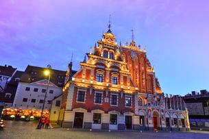旧市街世界遺産の歴史地区にある1334年に建設されたブラックヘッドの会館のライトアップの写真素材 [FYI03814253]