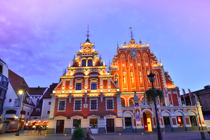 ラトビア・首都リガ旧市街世界遺産の歴史地区にある1334年に建設されたブラックヘッドの会館のライトアップの写真素材 [FYI03814255]