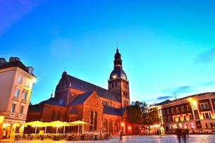 ラトビア・首都リガ旧市街世界遺産の歴史地区にあるリガ大聖堂と中世風の建物の写真素材 [FYI03814256]