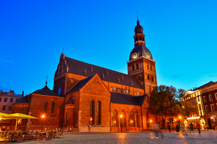 ラトビア・首都リガ旧市街世界遺産の歴史地区にあるリガ大聖堂と中世風の建物の写真素材 [FYI03814259]