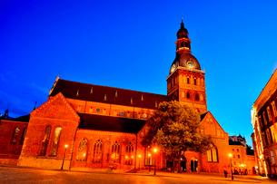 ラトビア・首都リガ旧市街世界遺産の歴史地区にあるリガ大聖堂と中世風の建物の写真素材 [FYI03814260]