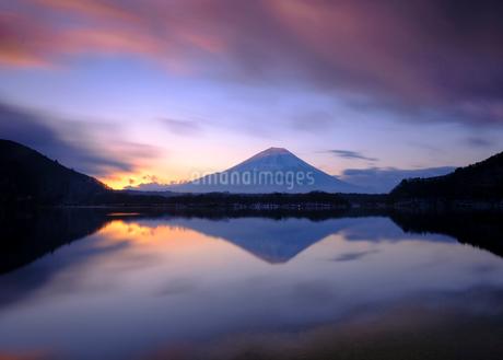 朝焼けの富士山の写真素材 [FYI03814304]