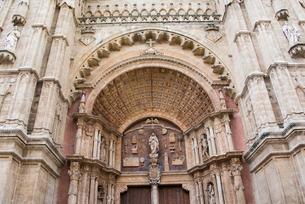 マヨルカ島・パルマ大聖堂の入口と彫刻の写真素材 [FYI03814324]