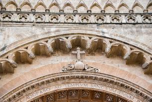 パルマ大聖堂の入口:壁面の彫刻「十字架」の写真素材 [FYI03814327]