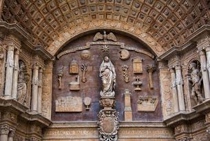 パルマ大聖堂の入口:聖母の彫刻の写真素材 [FYI03814329]
