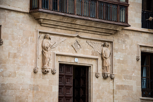 マヨルカ島パルマの建物:天使の装飾の写真素材 [FYI03814334]