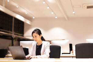 パソコンで仕事をするビジネス女性の写真素材 [FYI03814425]
