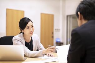 対面で説明するビジネス女性の写真素材 [FYI03814429]
