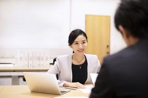 対面で説明するビジネス女性の写真素材 [FYI03814430]