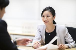 対面で説明するビジネス女性の写真素材 [FYI03814431]