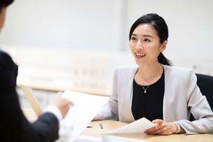 対面で説明するビジネス女性の写真素材 [FYI03814432]