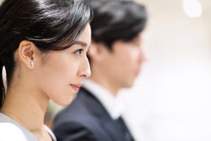 前を向くビジネス男女の横顔の写真素材 [FYI03814434]