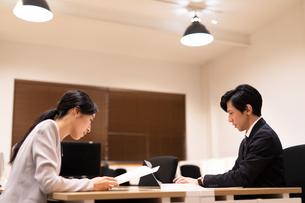 対面で仕事をするビジネス男女の写真素材 [FYI03814438]