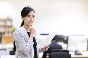 カメラ目線で微笑むビジネス女性の写真素材 [FYI03814440]