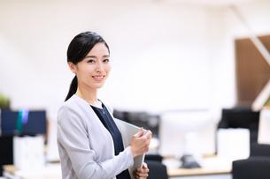 カメラ目線で微笑むビジネス女性の写真素材 [FYI03814441]
