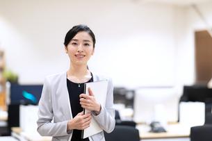 カメラ目線で微笑むビジネス女性の写真素材 [FYI03814442]