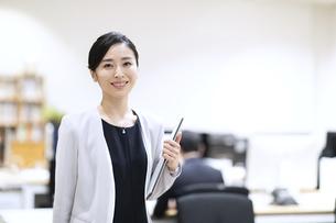 カメラ目線で微笑むビジネス女性の写真素材 [FYI03814443]