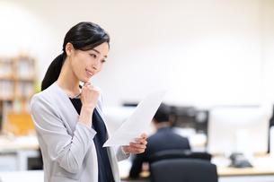 書類を見るビジネス女性の写真素材 [FYI03814444]