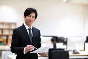 カメラ目線で微笑むビジネス男性の写真素材 [FYI03814448]