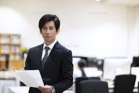 カメラ目線で微笑むビジネス男性の写真素材 [FYI03814449]
