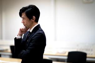 考えるビジネス男性の横顔の写真素材 [FYI03814450]