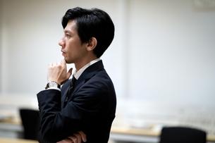 考えるビジネス男性の横顔の写真素材 [FYI03814451]