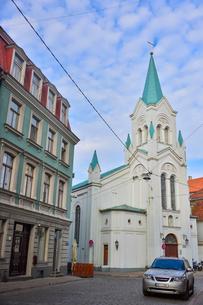 ラトビア・首都リガ旧市街世界遺産の歴史地区にある聖母受難教会と中世風の建物の写真素材 [FYI03814657]