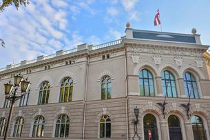 ラトビア・首都リガ旧市街にあるラトビアの国旗が掲げられたアール・ヌーボー様式が漂うラトビア銀行の写真素材 [FYI03814666]