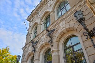 ラトビア・首都リガ旧市街にあるアール・ヌーボー様式が漂うラトビア銀行の写真素材 [FYI03814667]