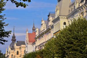 ラトビア・首都リガ新市街にある19世紀から20世紀初頭にかけてヨーロッパを中心に作られた優雅なデザインのアール・ヌーヴォー様式の建築や中世の雰囲気が漂う建物のある景観の写真素材 [FYI03814677]