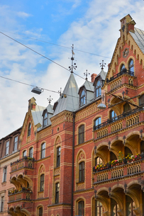 ラトビア・首都リガ新市街にある中世の雰囲気が漂う尖塔のある建物の写真素材 [FYI03814678]