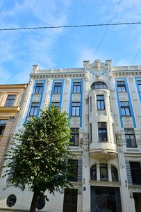 ラトビア・首都リガ新市街にある19世紀から20世紀初頭にかけてヨーロッパを中心に作られた優雅なデザインのアール・ヌーヴォー様式の建築の写真素材 [FYI03814694]