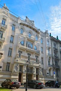 ラトビア・首都リガ新市街にある19世紀から20世紀初頭にかけてヨーロッパを中心に作られた優雅なデザインのアール・ヌーヴォー様式の建築の写真素材 [FYI03814697]