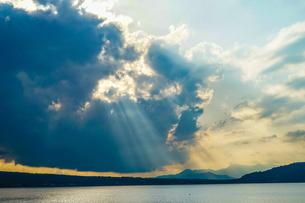 太陽の光が差し込む山中湖の写真素材 [FYI03814714]