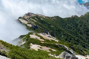 燕岳山頂から燕山荘を望む(横)の写真素材 [FYI03814735]