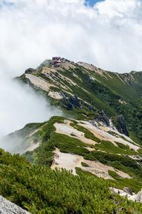 燕岳山頂から燕山荘を望む(縦)の写真素材 [FYI03814736]
