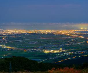 北海道 自然 風景 きじひき高原より北斗市街遠望 (夕景)の写真素材 [FYI03814801]