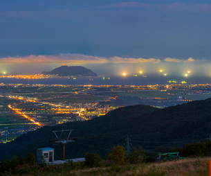 北海道 自然 風景 きじひき高原より北斗市街遠望 (夕景)の写真素材 [FYI03814805]