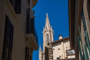 教会の尖塔と路地:マヨルカ島のパルマ旧市街の写真素材 [FYI03815032]