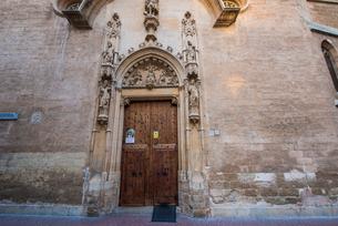扉と彫刻:マヨルカ島パルマ旧市街の写真素材 [FYI03815033]