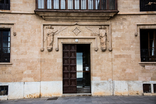 天使とドア:マヨルカ島パルマ旧市街の写真素材 [FYI03815044]