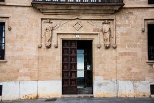 天使と扉:マヨルカ島パルマ旧市街の写真素材 [FYI03815045]
