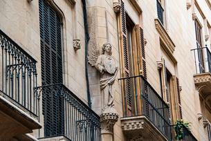 天使の彫刻:マヨルカ島・パルマ旧市街の写真素材 [FYI03815051]