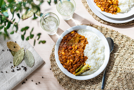 Beans curry with rice on tableの写真素材 [FYI03815123]