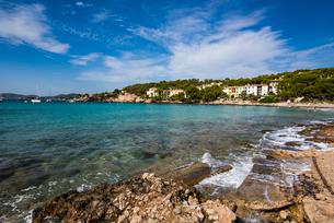 マヨルカ島の海岸と青い海:パルマ郊外の写真素材 [FYI03815169]