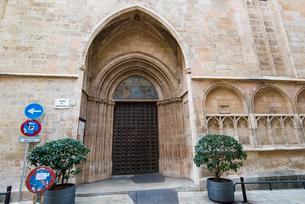 教会の扉:マヨルカ島・パルマ旧市街の写真素材 [FYI03815180]
