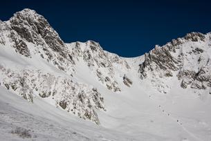 登山者の隊列:厳冬の千畳敷カールと宝剣岳の写真素材 [FYI03815202]