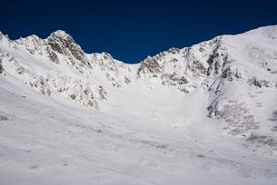 厳冬の千畳敷カールと宝剣岳:登山者の列の写真素材 [FYI03815208]