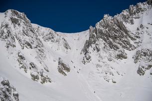 登山者:厳冬の千畳敷カールと宝剣岳の写真素材 [FYI03815213]